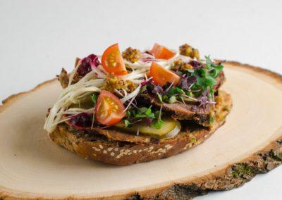 Бутерброд с бужениной, соленым огурцом, хреном и луковой икрой. </BR>220г / 295руб