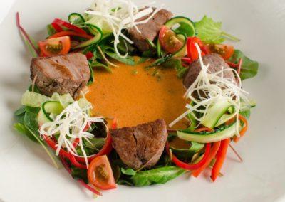 Обжаренная телятина, свежие овощи, белый сыр и перечно-малиновый соус </br> 190г / 495 руб