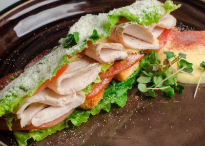 Овощной сендвич-салат с хрустящими листьями салата и куриным филе </br> </br>180г / 480 руб